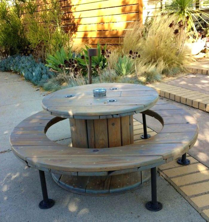 table de jardin avec un touret