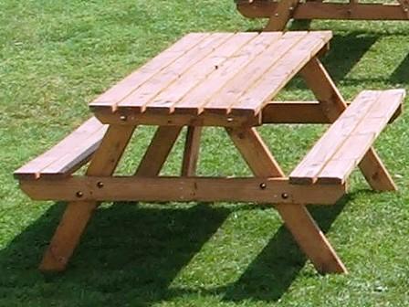 table de jardin et bancs en bois
