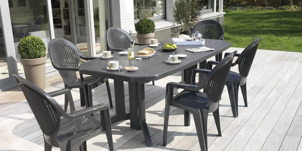 table de jardin et chaises en plastique