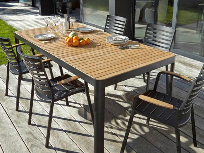 table de jardin solide